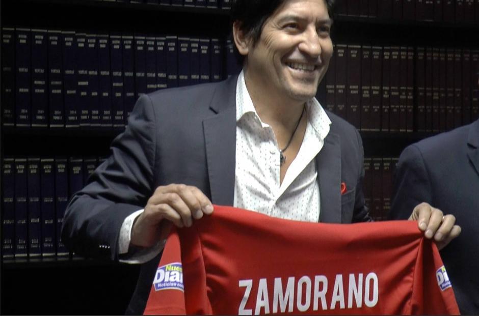 Iván Zamorano posa con la camiseta roja de la selección de Chile. (Foto: Luis Barrios/Soy502)