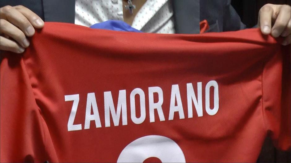 """""""Bam Bam"""" autografío una playera de la Selección de Chile para uno de sus fans. (Foto: Luis Barrios/Soy502)"""