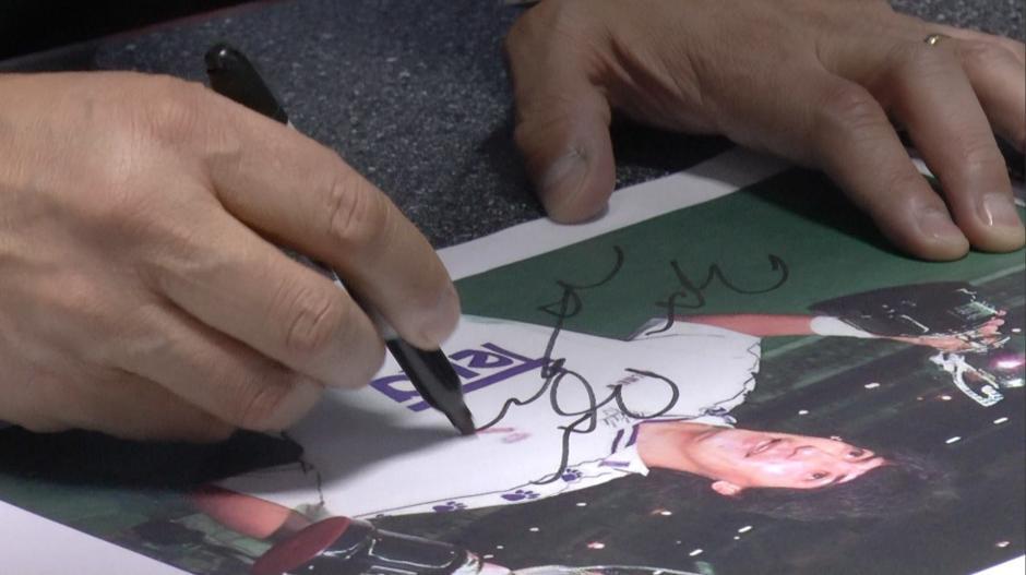 Zamorano firma una fotografía en su época del Real Madrid. (Foto: Luis Barrios/Soy502)
