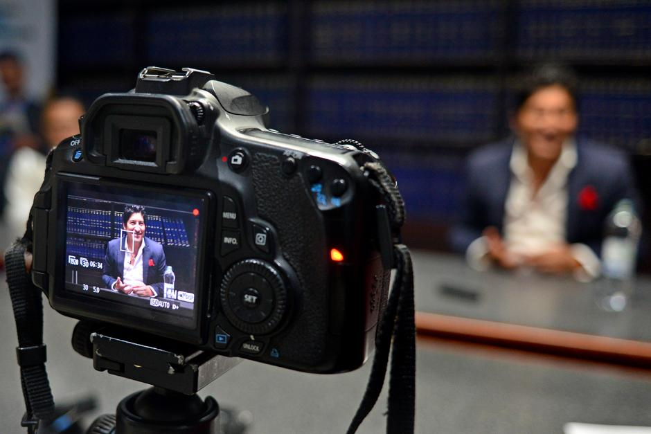 Iván Zamorano atendió muy amablemente a los medios a su llegada a Guatemala. (Foto: José Dávila/Soy502)