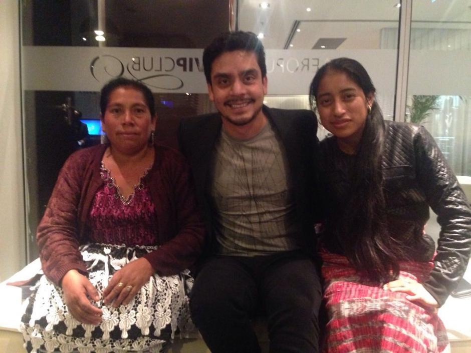 Jayro Bustamante Junto a María Mercedes Coroy y María Telón aguardan impacinetes por la gala. (Foto: Premios Platino)