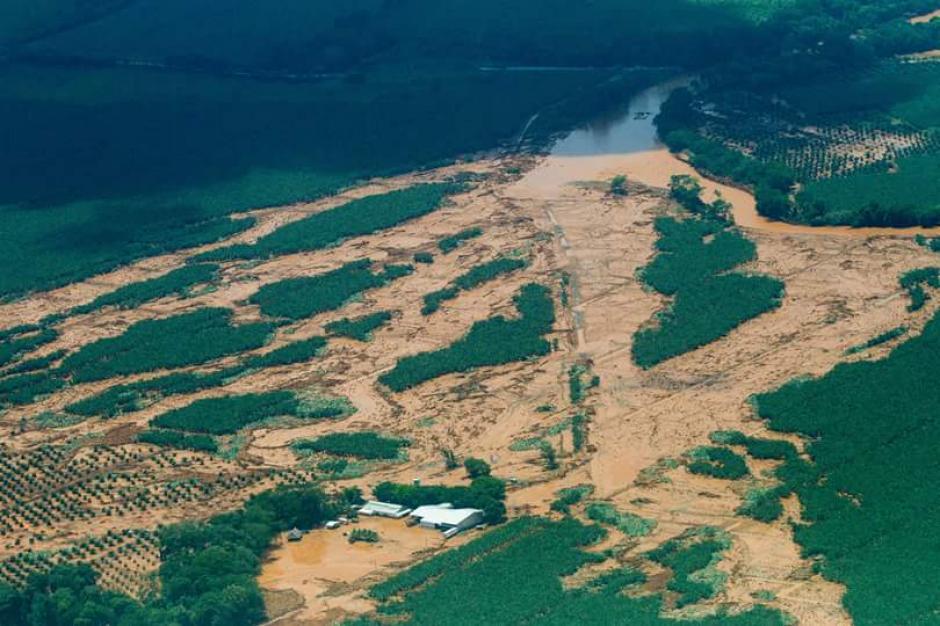 La crecida del caudal inundó cuatro comunidades y el caso urbano de El Estor (Izabal), además de causar daños al puente Tunico. (Foto: Conap)