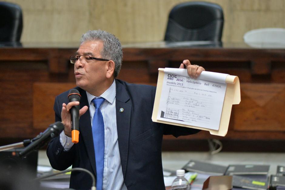 El juez Miguel Ángel Gálvez explicó algunos de los documentos que posee como pruebas, (Foto: Wilder López/Soy502)