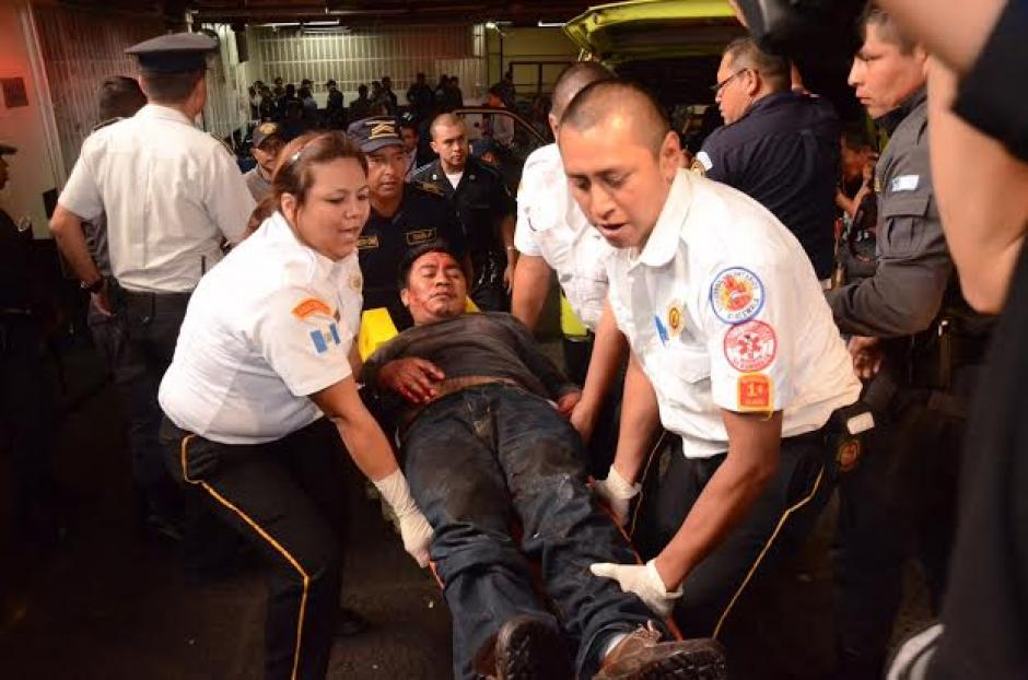 Uno de los heridos cuando fue retirado de la Torre de Tribunales. (Foto: Jesús Alfonso/Soy502)