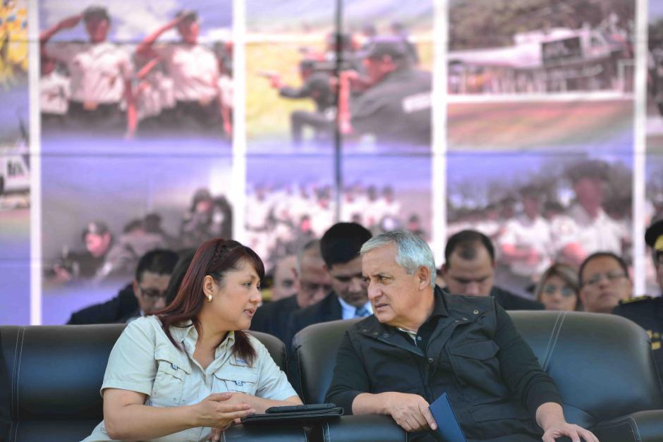 El presidente Otto Pérez Molina platica con la ministra de gobernación, Eunice Mendizabal, durante el acto de conmemoración del aniversario de PNC. (Foto: Jesús Alfonso/Soy502)