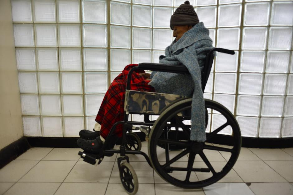 Los pacientes tiene que esperar por largos periodos de tiempo con la esperanza de ser atendidos. (Foto: Jesús Alfonso/Soy502)