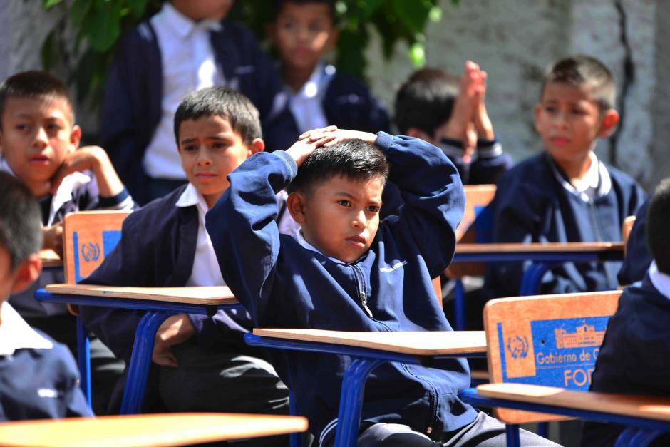 De nuevo, los niños tuvieron que aguantar la actividad bajo el sol.  (Foto: Jesús Alfonso/Soy502)