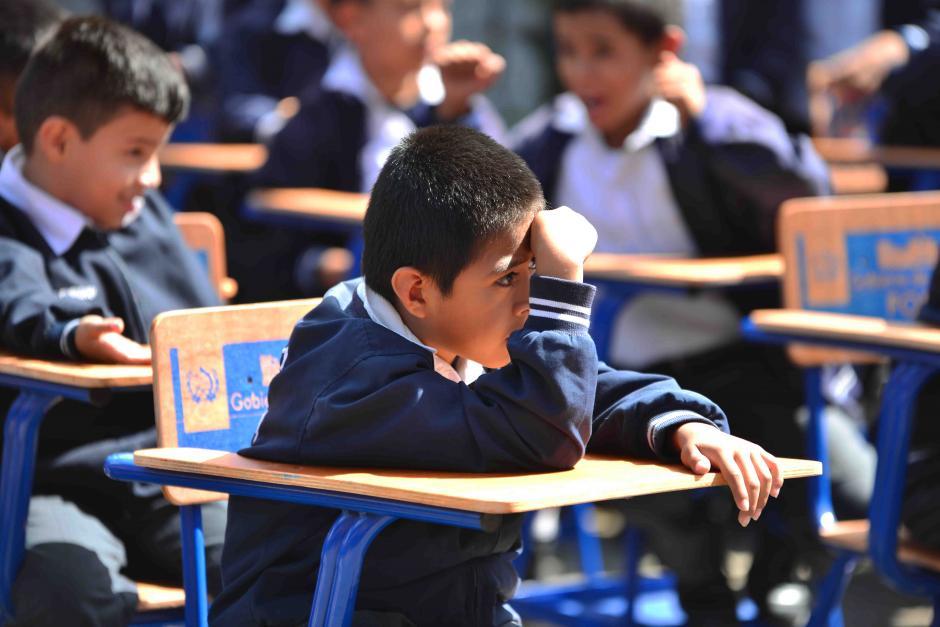 Los niños se taparon como pudieron del sol.  (Foto: Jesús Alfonso/Soy502)