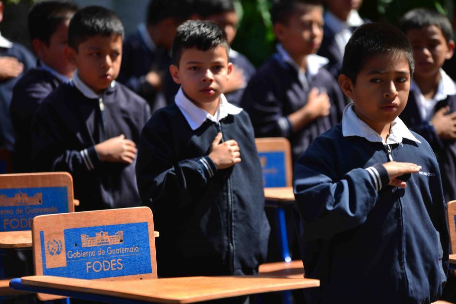 Los alumnos se sentarán sobre escritorios comprados durante el gobierno del Partido Patriota. (Foto: Jesús Alfonso/Soy502)