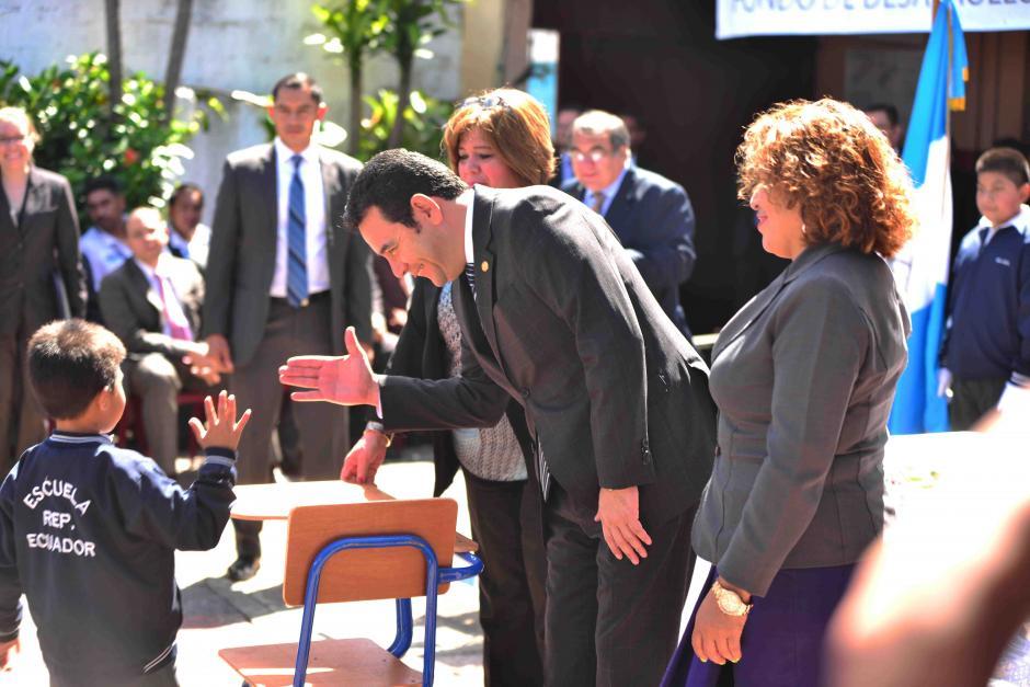 Morales entregó 100 escritorios nuevos. (Foto: Jesús Alfonso/Soy502)