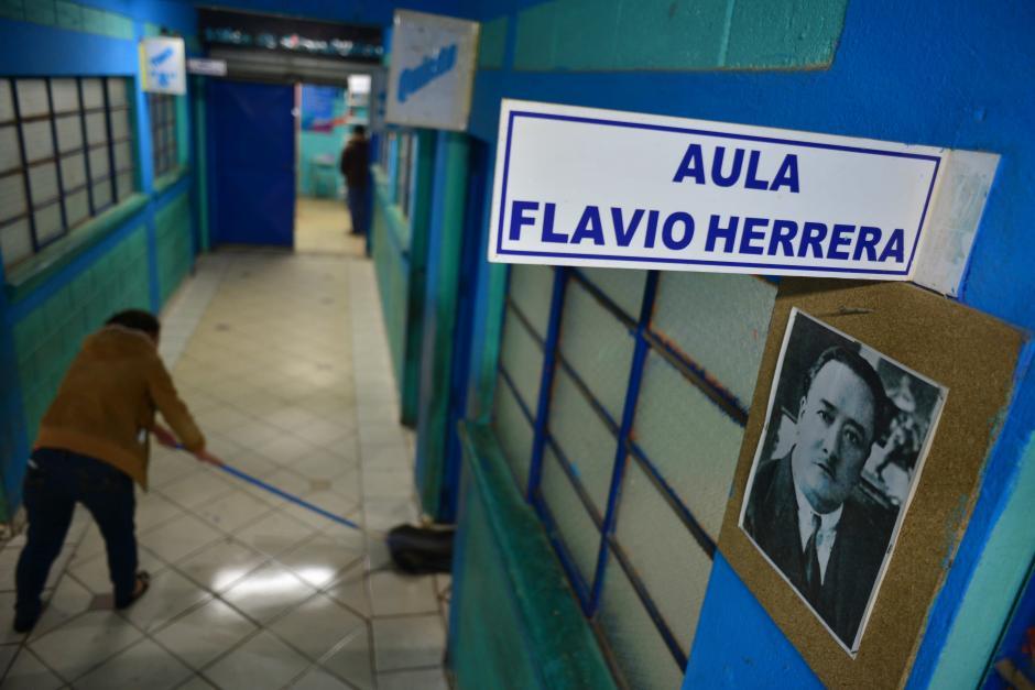 Todas las aulas de la escuela tienen nombres de autores de Guatemala.  (Foto: Jesús Alfonso/Soy502)