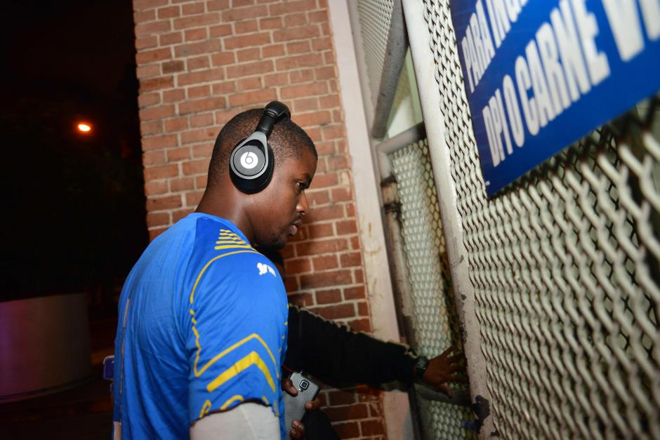 Oyendo música, así entró la mayoría de jugadores caribeños al estadio Mateo Flores para hacer el reconocimiento de cancha. Previo al entreno no hubo contacto con los medios de comunicación.(Fotos: Jesús Alfonso/Soy502)