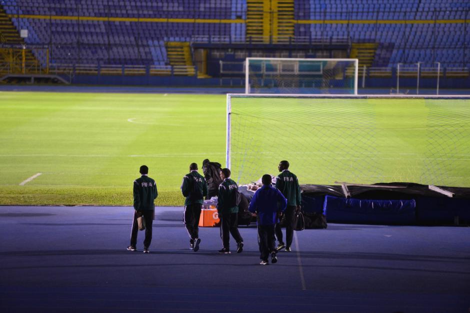 La tripleta arbitral que dirigirá el duelo entre Guatemala y Trinidad y Tobago también reconoció el terreno de juego. El canadienseBourdeau Mathieu, será el central.(Foto: Jesús Alfonso/Soy502)