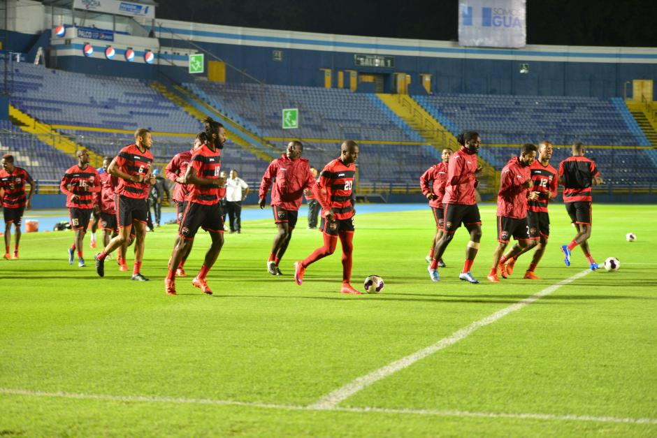 Los seleccionados de Trinidad y Tobago estuvieron cerca de una hora en la gramilla del estadio Mateo Flores. (Fotos: Jesús Alfonso/Soy502)