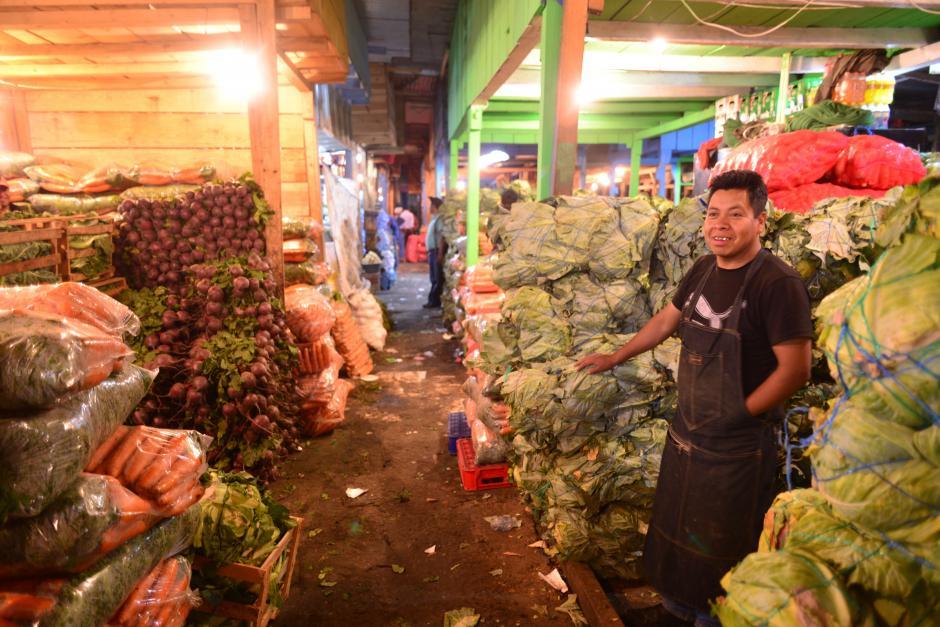 Los vendedores llegan desde la 1:30 de la mañana para empezar a vender a los minoristas que, luego, llevan el producto a otros mercados locales. (Foto: Jesús Alfonso/Soy502)