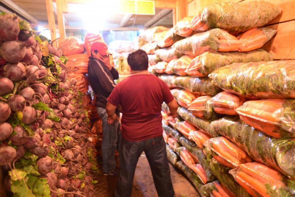 Las verduras se venden en paquetes que contienen cantidades mayores a cien unidades, para una mejor distribución. (Foto: Jesús Alfonso/Soy502)