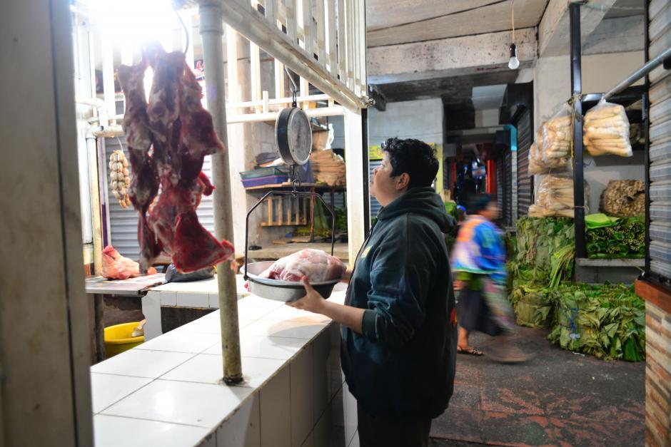 Las carnicerías abren a las cinco y media para abastecer de diversos productos a restaurantes y amas de casa. (Foto: Jesús Alfonso/Soy502)