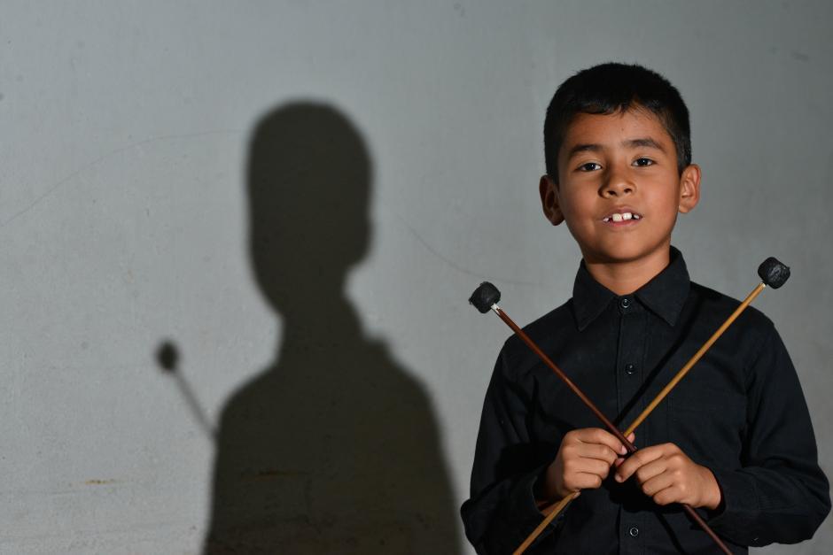 Roberth a sus años puede interpretar diversas melodías en marimba. (Foto: Jesús Alfonso/Soy502)