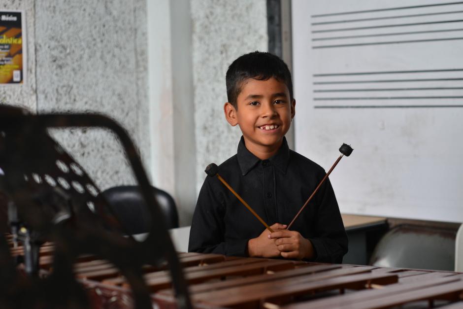 Roberth Pérez, con 8 años, disfruta tocar la marimba. (Foto: Jesús Alfonso/Soy502)