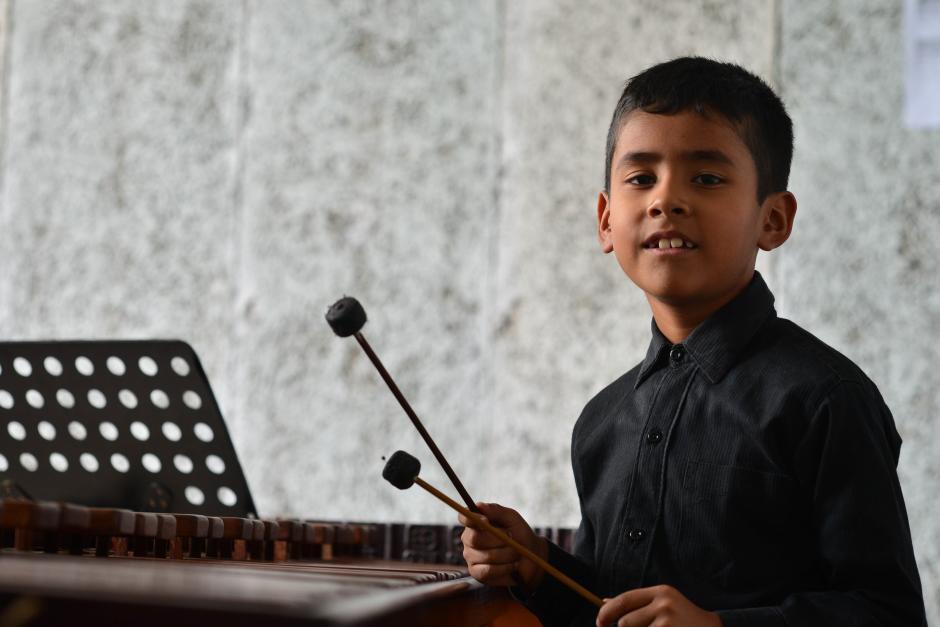 Roberth dice que su abuelo lo inspiró para tocar la marimba. (Foto: Jesús Alfonso/Soy502)