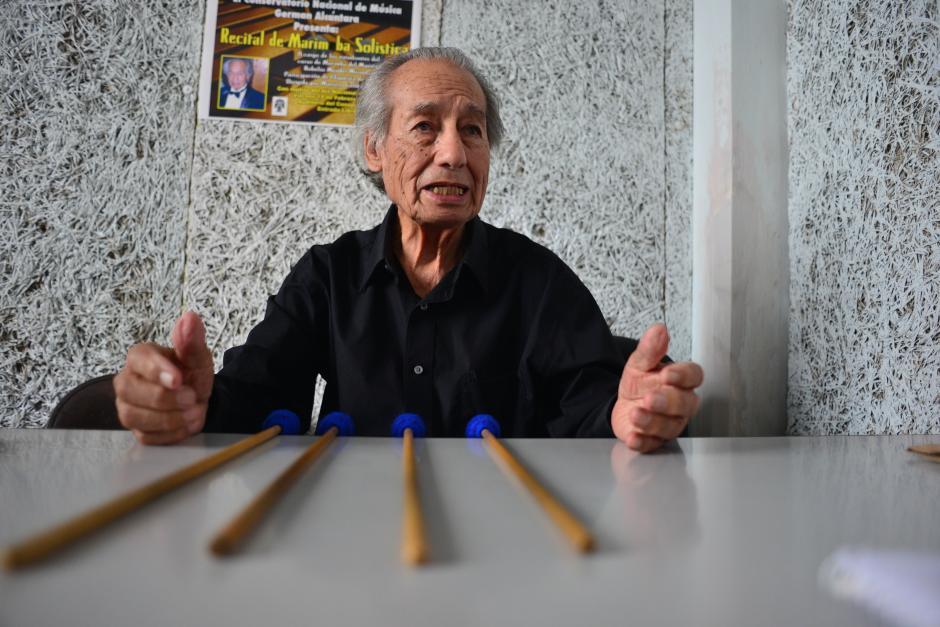 El maestro Robelio Méndez dice que Roberth es parte de un excelente grupo de alumnos. (Foto: Jesús Alfonso/Soy502)