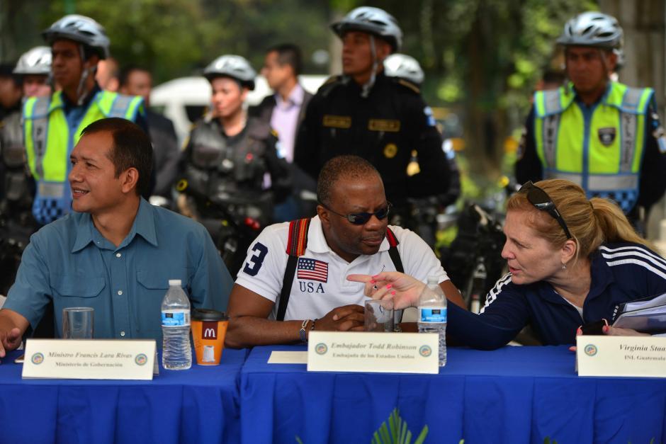 El ministro Rivas y la directora de INL acompañaron en el evento al embajador. (Foto: Jesús Alfonso/Soy502)