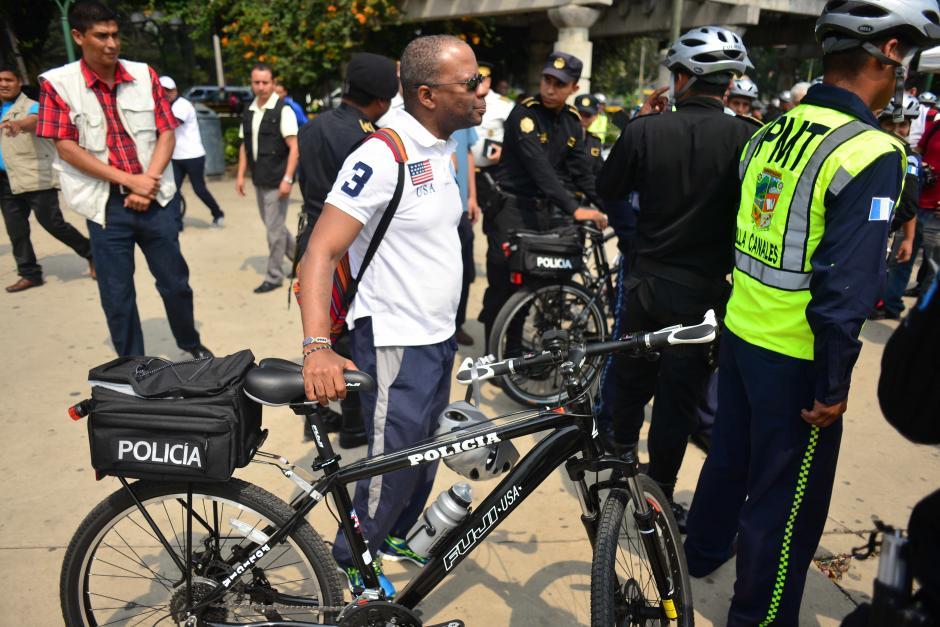 Robinson montó en una de las bicicletas que su país donó a las fuerzas de seguridad. (Foto: Jesús Alfonso/Soy502)