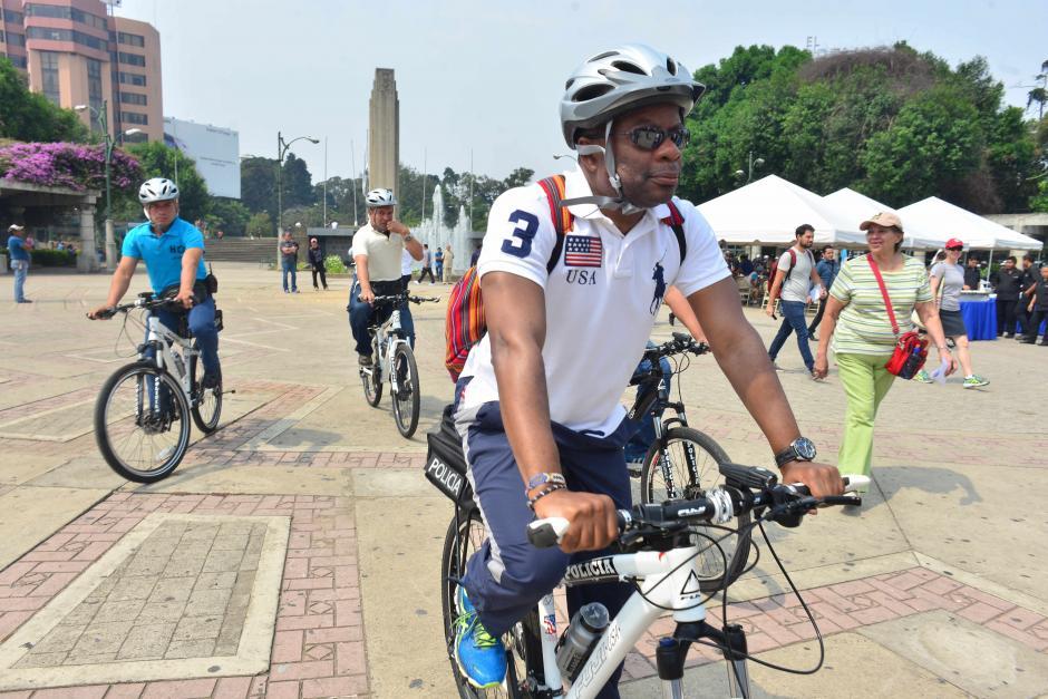 El embajador Robinson vistió este domingo un look para poder montar en bicicleta. (Foto: Jesús Alfonso/Soy502)