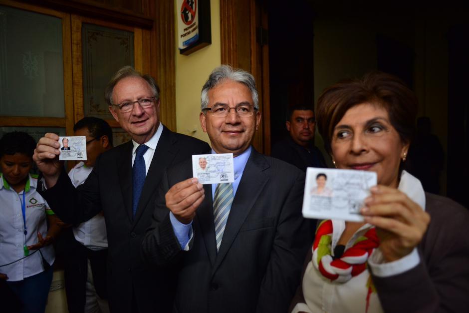 El binomio presidencial de Encuentro por Guatemala recibió sus credenciales acompañado por Nineth Montenegro. (Foto: Jesús Alfonso/Soy502)