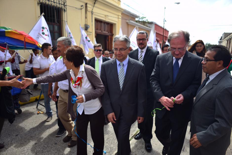 Varios simpatizantes de Encuentro por Guatemala llegaron a la sede del TSE para acompañar al binomio.(Foto: Jesús Alfonso/Soy502)
