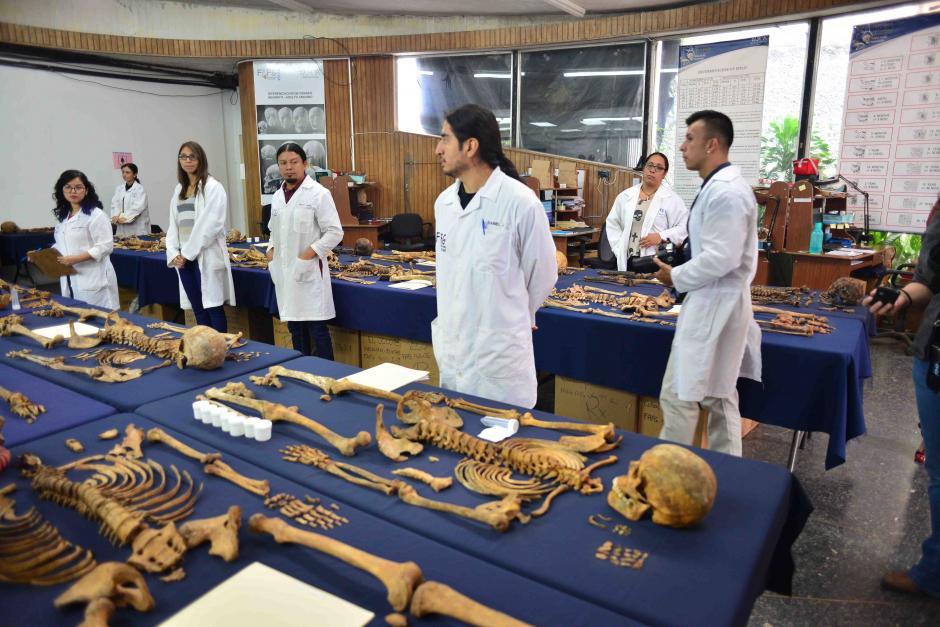 Antropologos esperaban la llegada del diplomatico para explicarle la manera de hacer los estudios de los cuerpos exhumados. (Foto: Jesús Alfonso/Soy502)