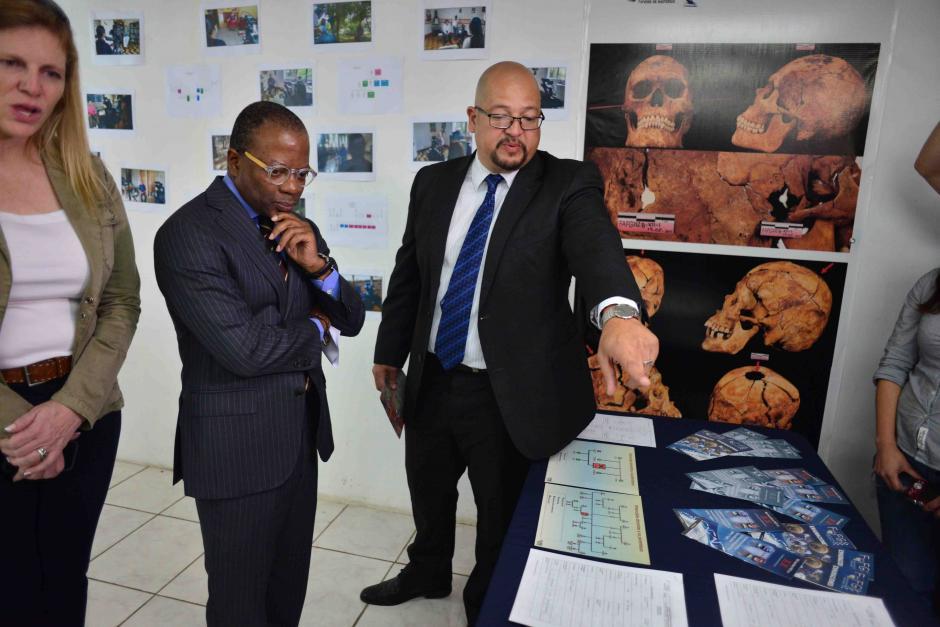 El embajador Robinson se mostró interesado en todo momento y elogió la labor de la institución. (Foto: Jesús Alfonso/Soy502)