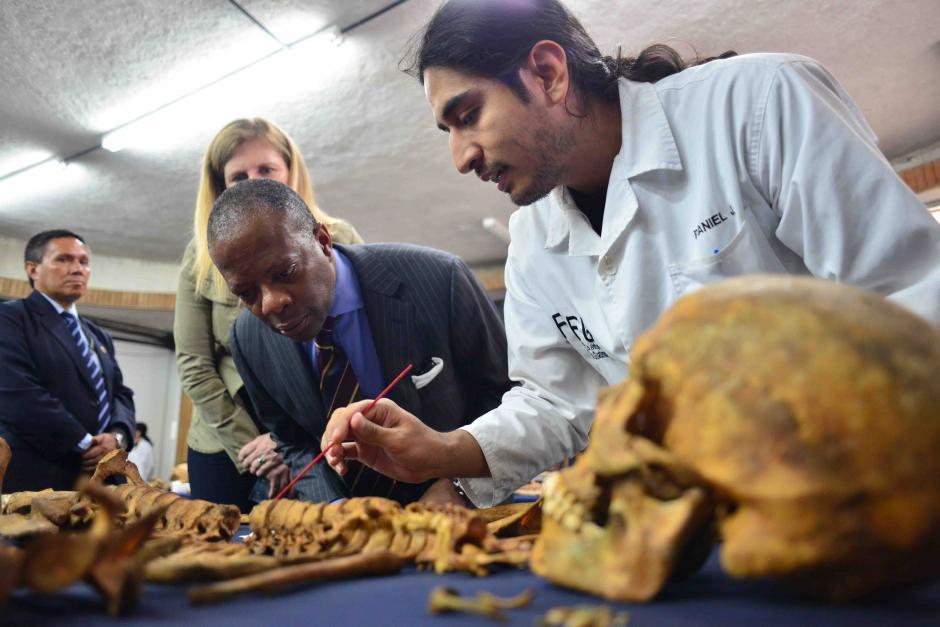 Todd Robinson embajador de Estados Unidos en Guatemala visitó las instalaciones de la Fundación de Antropología Forense de Guatemala donde le explicaron como se hace el estudio de cuerpos que son exhumados. (Foto: Jesús Alfonso/Soy502)