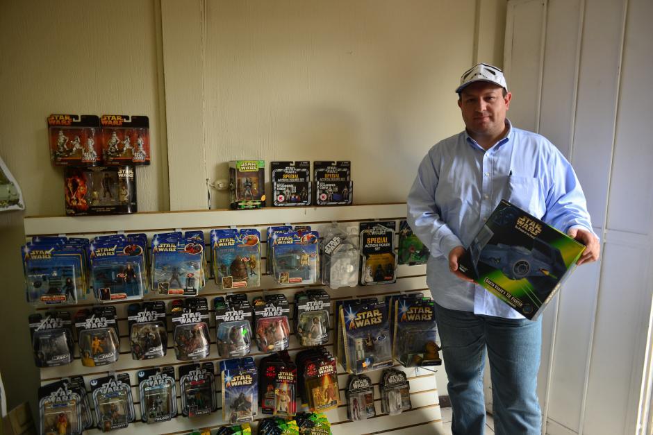 Jair es coleccionista y al mismo tiempo realiza bazares de figuras de Star Wars. (Foto: Jesús Alfonso/Soy502)