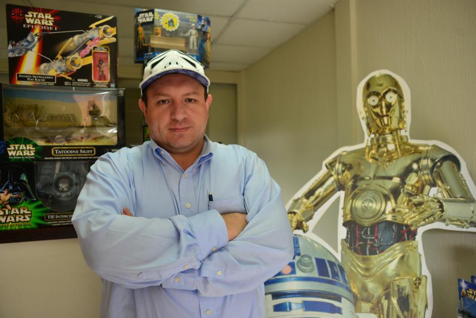 """Jair Monsanto es el preseidente de la fan page """"Star Wars Fan Club Yavin IV Guatemala"""". (Foto: Jesús Alfonso/Soy502)"""