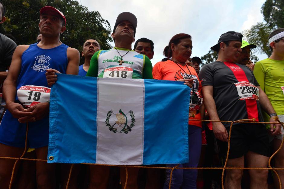 Se vieron algunas banderas durante la formación inicial. (Foto: Jesús Alfonso/Soy502)