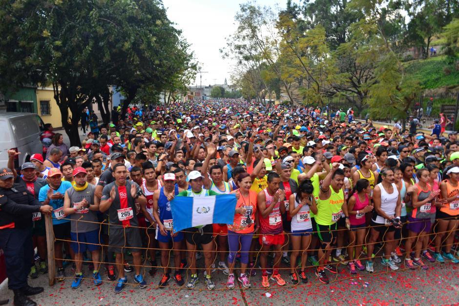 """Miles de personas se dieron cita para la """"carrera de los barrios"""". (Foto: Jesús Alfonso/Soy502)"""