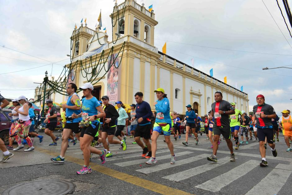 Varios corredores captados a un costado de la iglesia Candelaria. (Foto: Jesús Alfonso/Soy502)