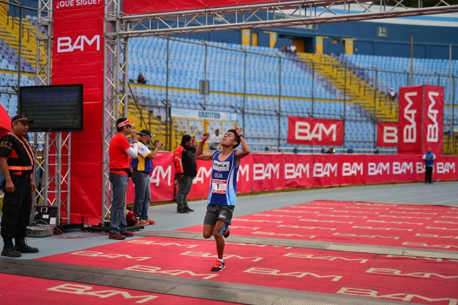 William Julajuj fue el primero en llegar a la meta del medio maratón Max Tott. (Foto: Jesús Alfonso/Soy502)