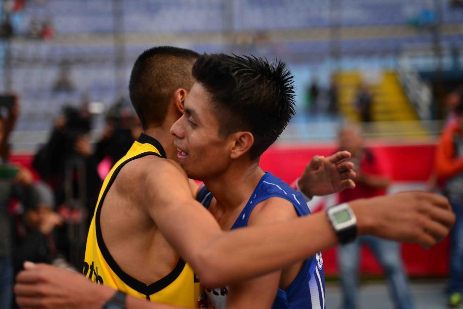 Julajuj (de azul) abraza a Alberto González, quien se quedó con el segundo puesto. (Foto: Jesús Alfonso/Soy502)