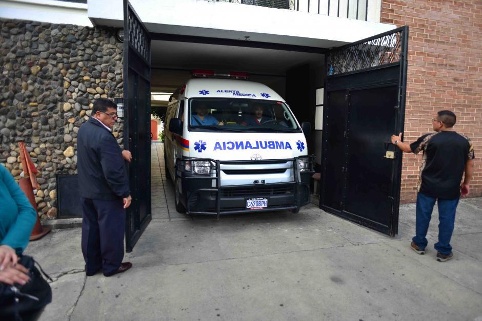 Una ambulancia de Alerta Médica llegó para realizar el traslado, en la imagen se retira de la casa de Rios Montt. Luego que una sala de apelación resolviera suspender el traslado al hospital Federico Mora. (Foto: Jesús Alfonso/Soy502)
