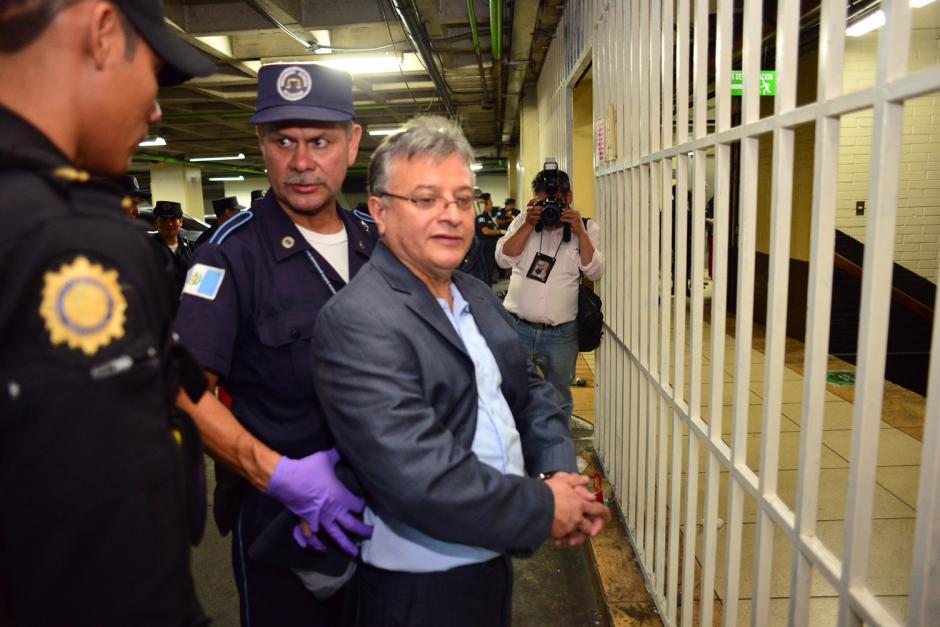 Las medidas de seguridad al momento del ingreso de los detenidos a la Torre de Tribunales fueron más rígurosas, ya que incluso, se les despojó del calzado. (Foto: Jesús Alfonso/Soy502)