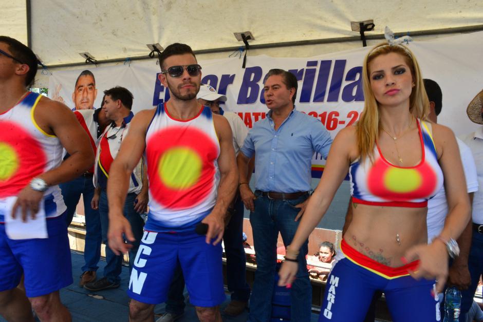 Los edecanes bailan equipados con los colores y símbolos del partido. (Foto: Jesús Alfonso/Soy502)
