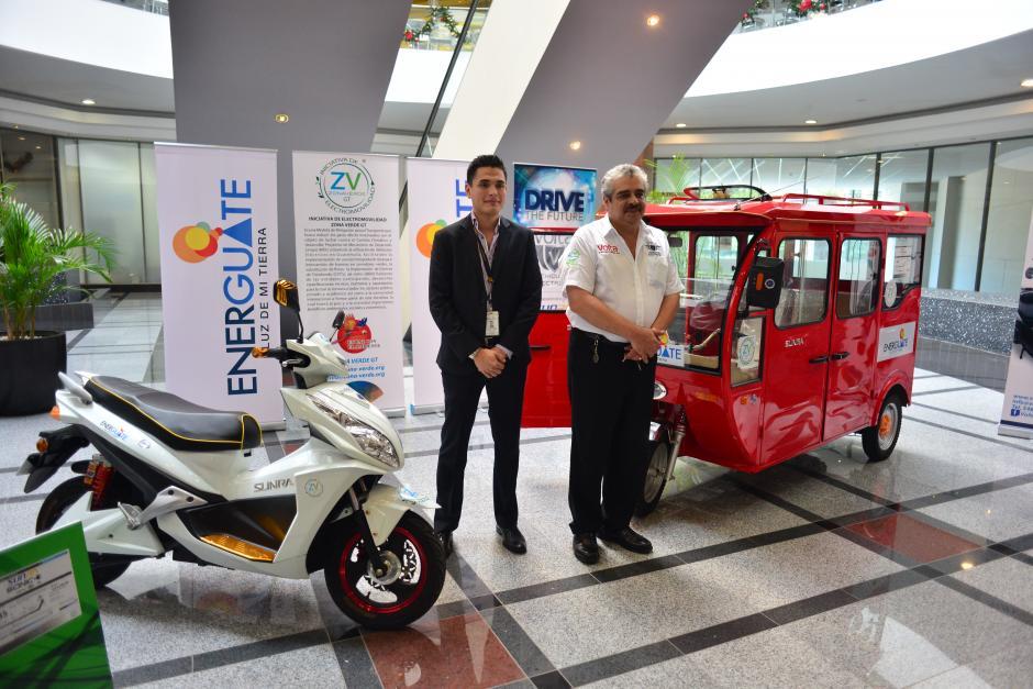 """Una motocicleta y un carro de pasajeros conocido como """"Tuc-tuc"""" fue presentado en Guatemala. Ambos son eléctricos. (Foto: Jesús Alfonso/Soy502)"""