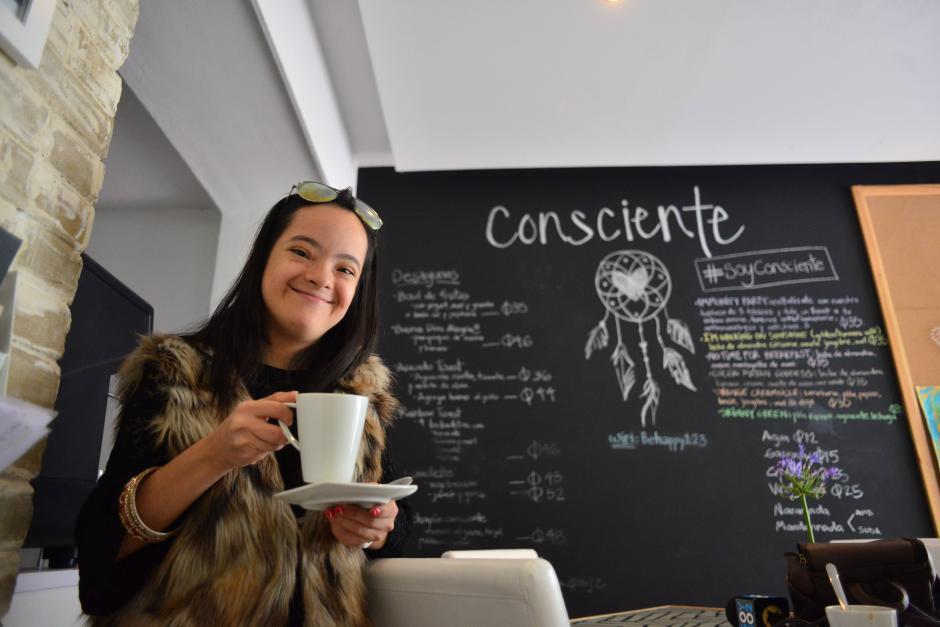 Katia Iacoponi es una joven de 21 años que trabaja en Café Consciente. (Foto: Jesús Alfonso/Soy502)