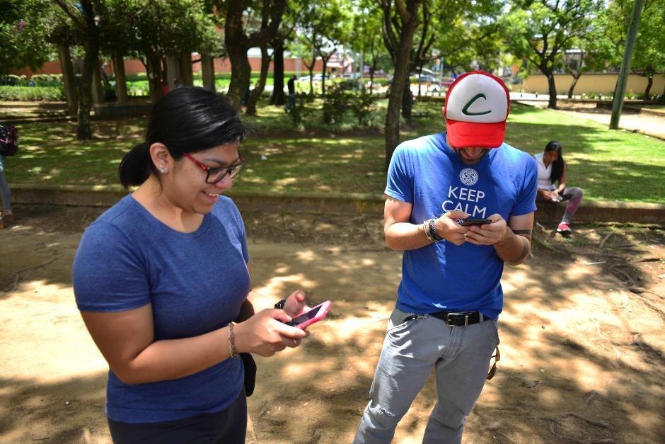 Solos o en compañía se divierten con el juego. (Foto: Jesús Alfonso/Soy502)