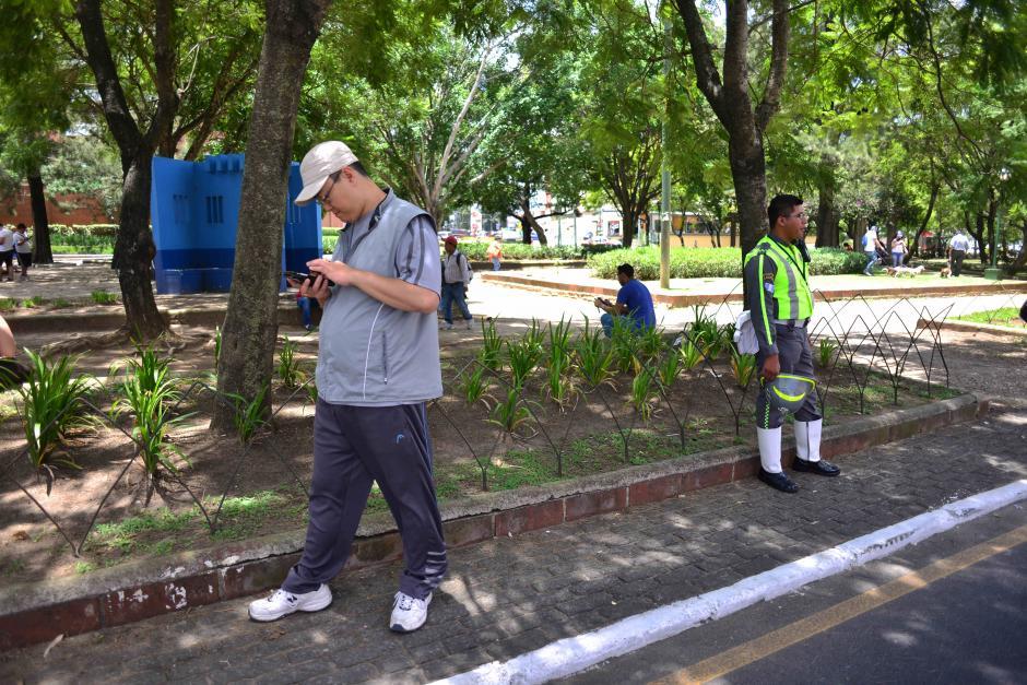 Los jugadores van en busca de Poképaradas. (Foto: Jesús Alfonso/Soy502)
