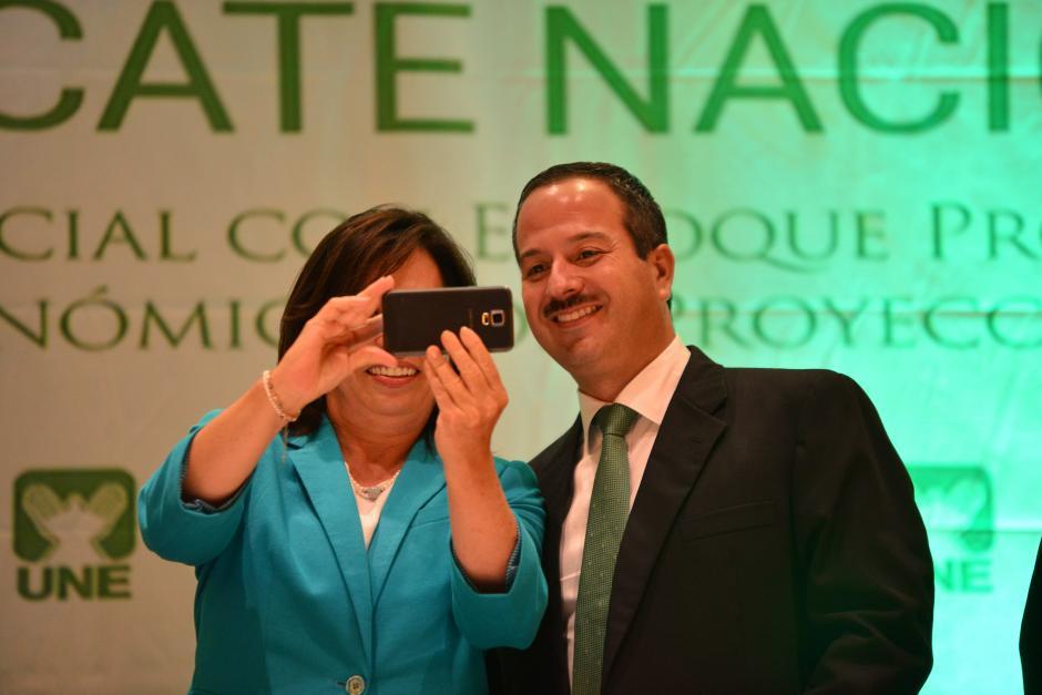 Selfie presidencial para inmortalizar el momento. (Foto: Jesús Alfonso/Soy502)