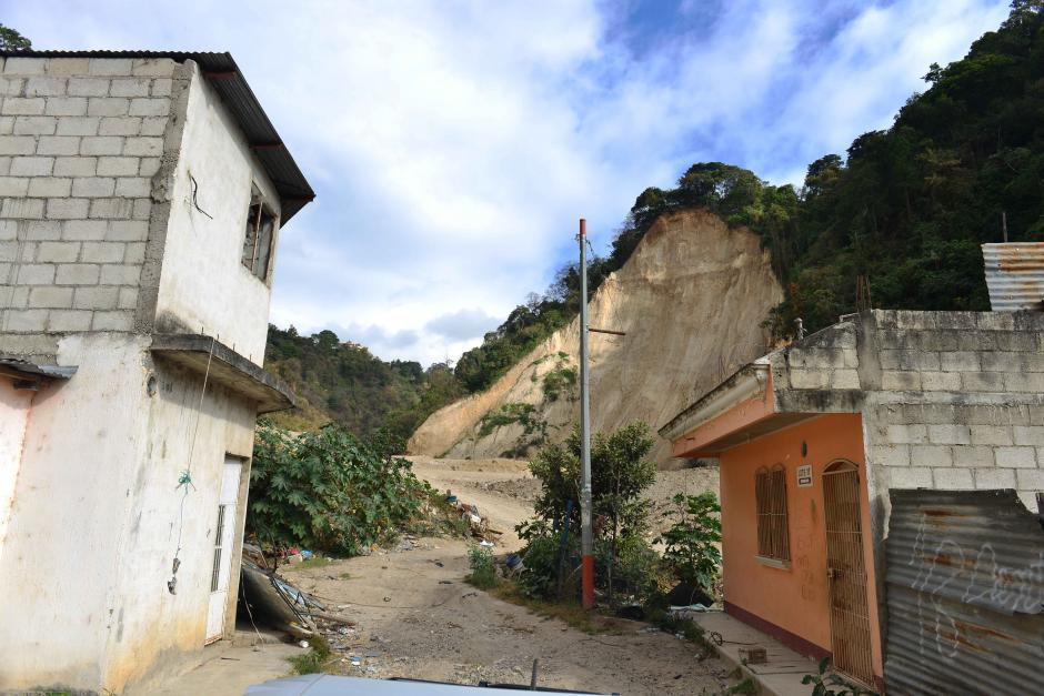 El silencio del lugar y las casas vacías vigiladas por el cerro que se derrumbó el 1 de octubre.  (Foto: Jesús Alfonso/Soy502)