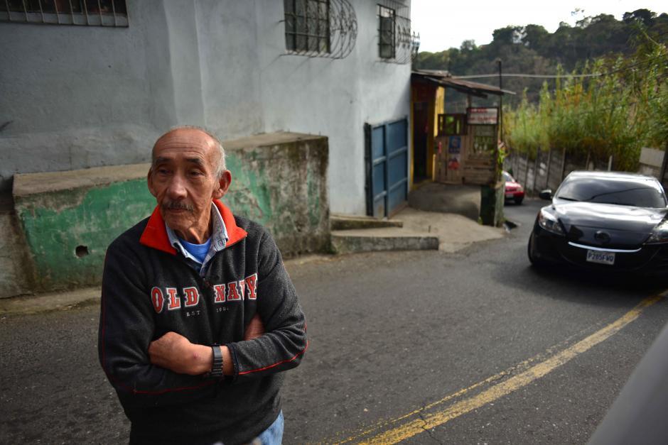 Lorenzo Barillas vive en la entrada de la 20 calle y asegura que ninguno de sus vecinos ha evacuado pese al riesgo.  (Foto: Jesús Alfonso/Soy502)